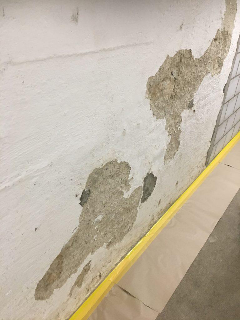 Mauerwerk und Holzwerk wird mit Hochdruck gewaschen und vom Jahre alten Staub befreit.