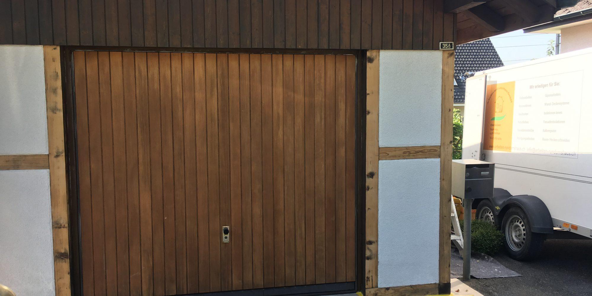 Garage Holzwerk auffrischen und Riegfelder streichen.
